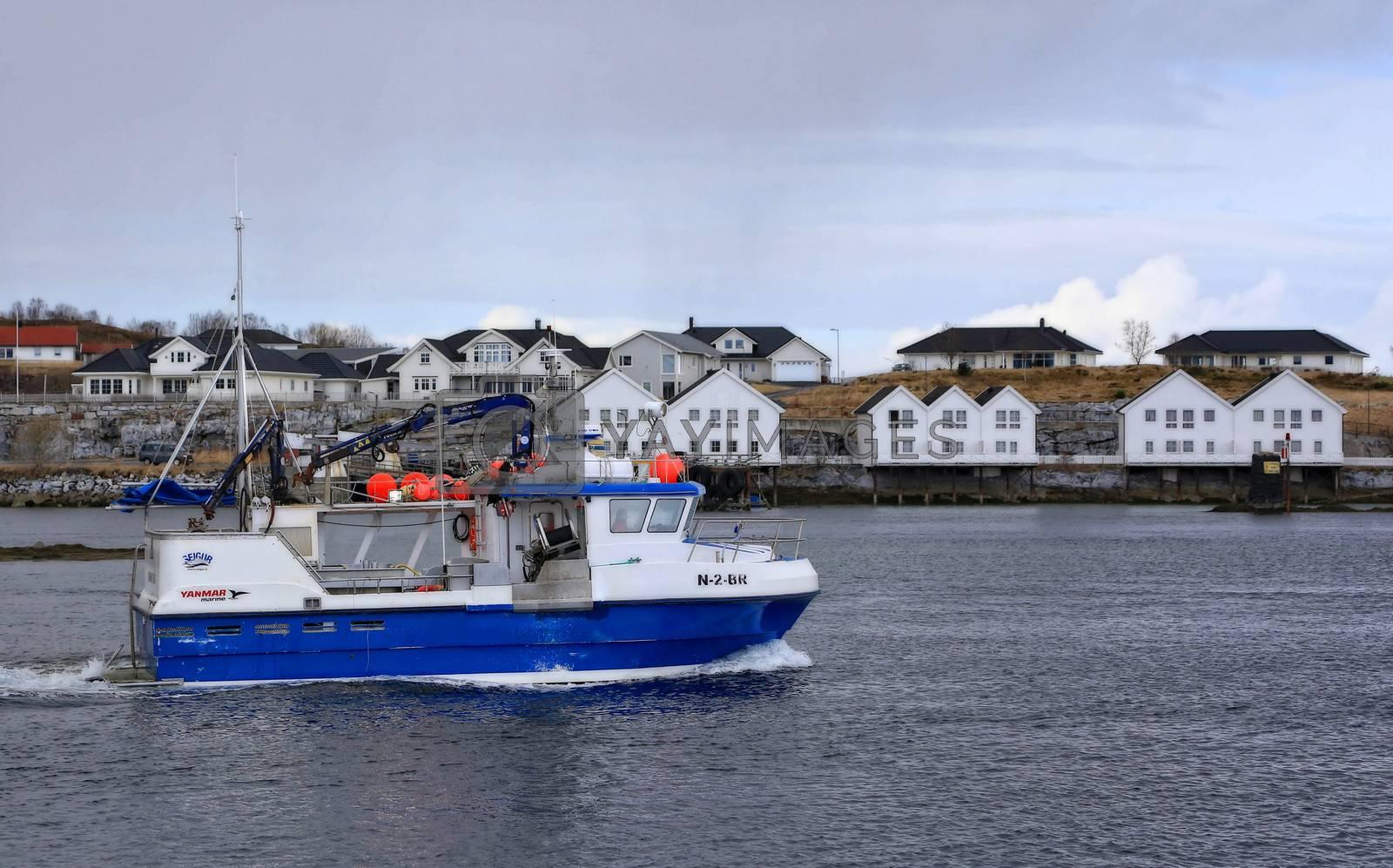 Fiskebåten Heidi på tur ut på fiskefeltet