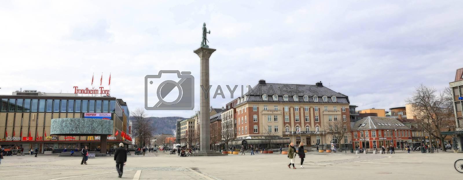 Rundtur i Trondheim en vårdag - Olav Tyggvason på torget i Trondheim