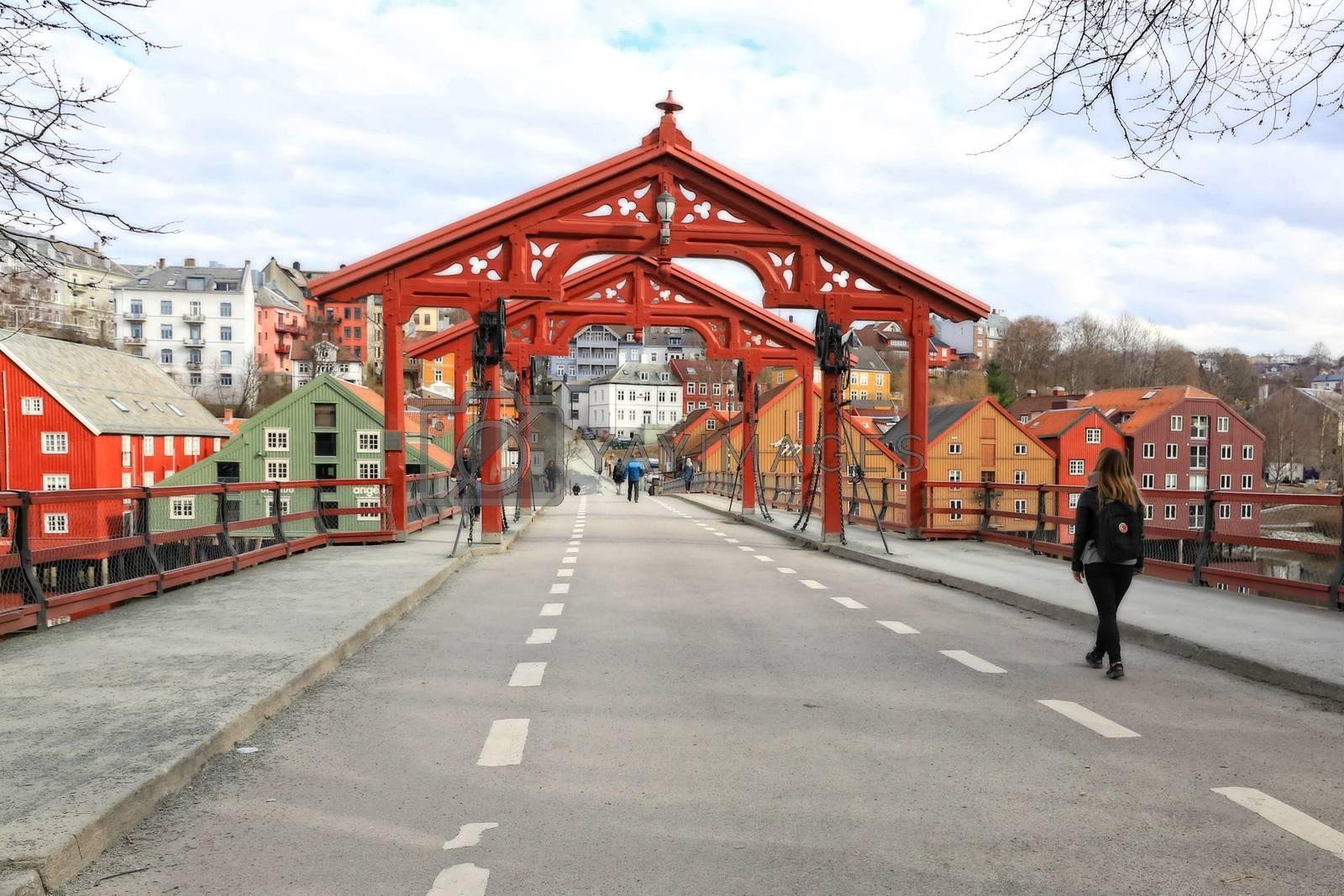 Rundtur i Trondheim en vårdag  - Gamle bybru ved Bakklandet over Nidelven