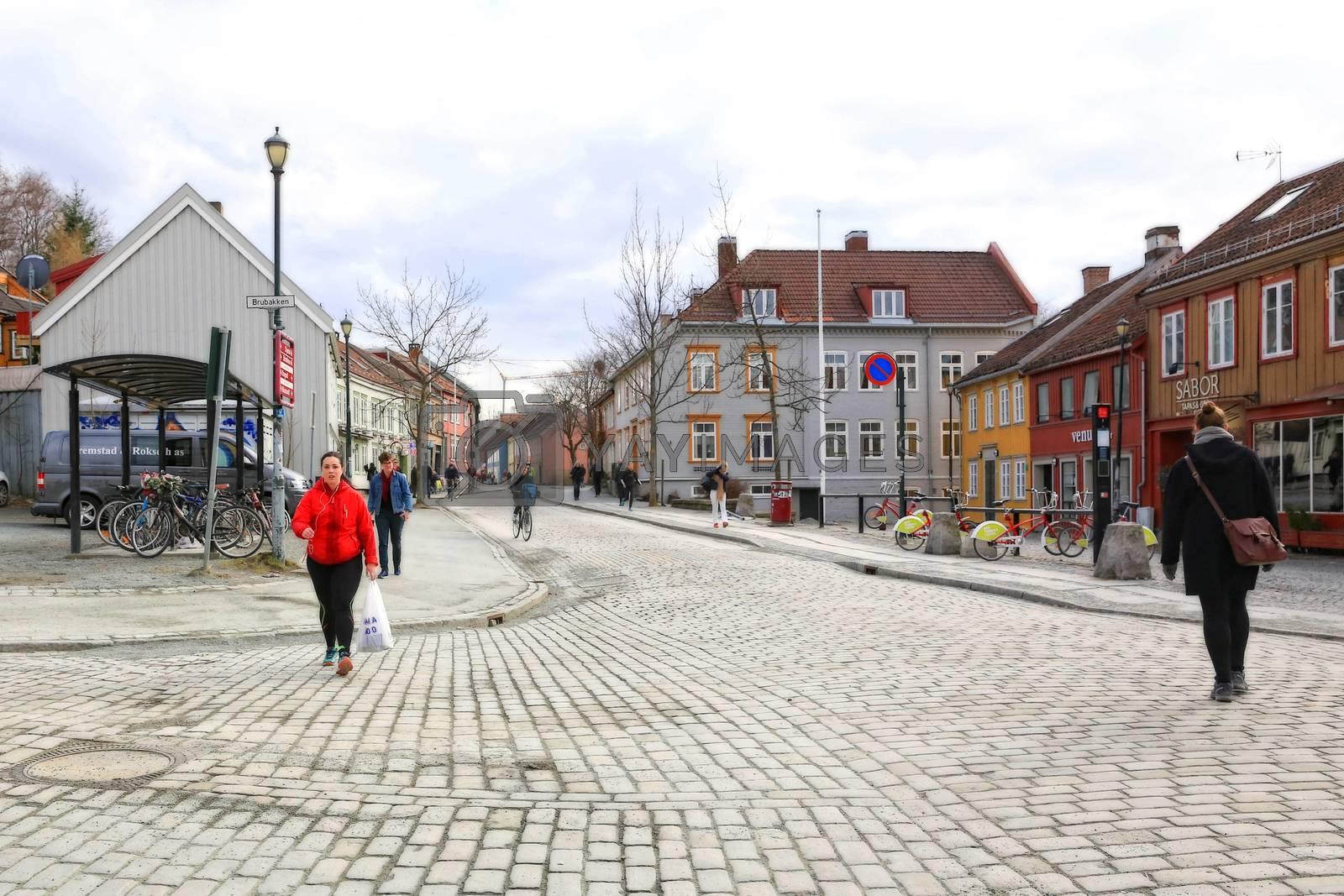 Rundtur i Trondheim en vårdag - Gate på Bakklandet