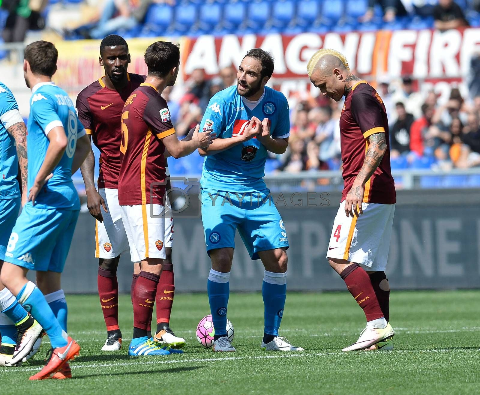 ITALY, Rome: Gonzalo Higuain complaining to the referee Daniele Orsato during the Italian Serie A football match A.S. Roma vs S.S.C. Napoli at the Olympic Stadium in Rome, on April 25, 2016