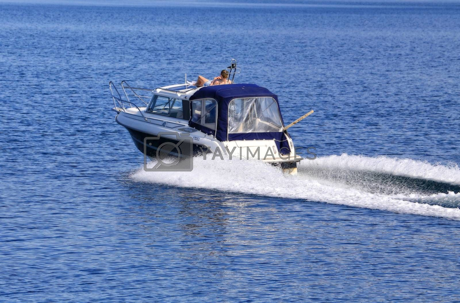 Fristidsbåt på sjøen i flott sommervær - Brønnøy- Nordland