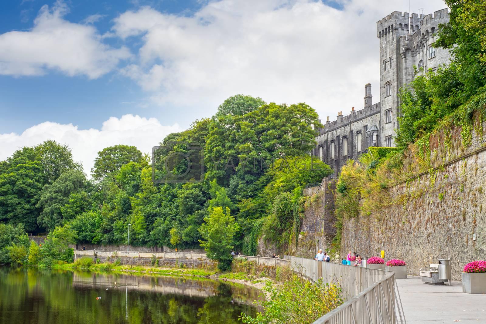 riverside walk next to the kilkenny castle in ireland