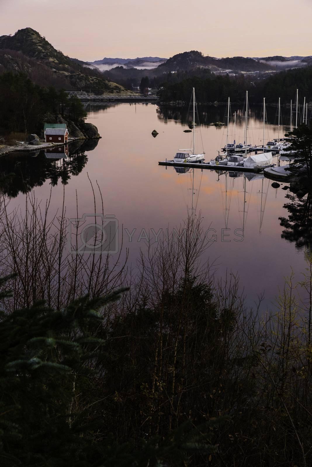 Utsikt ved siden av broen til Eigerøy i Egersund mot Tengs/Fotland rett før solen kommer opp.