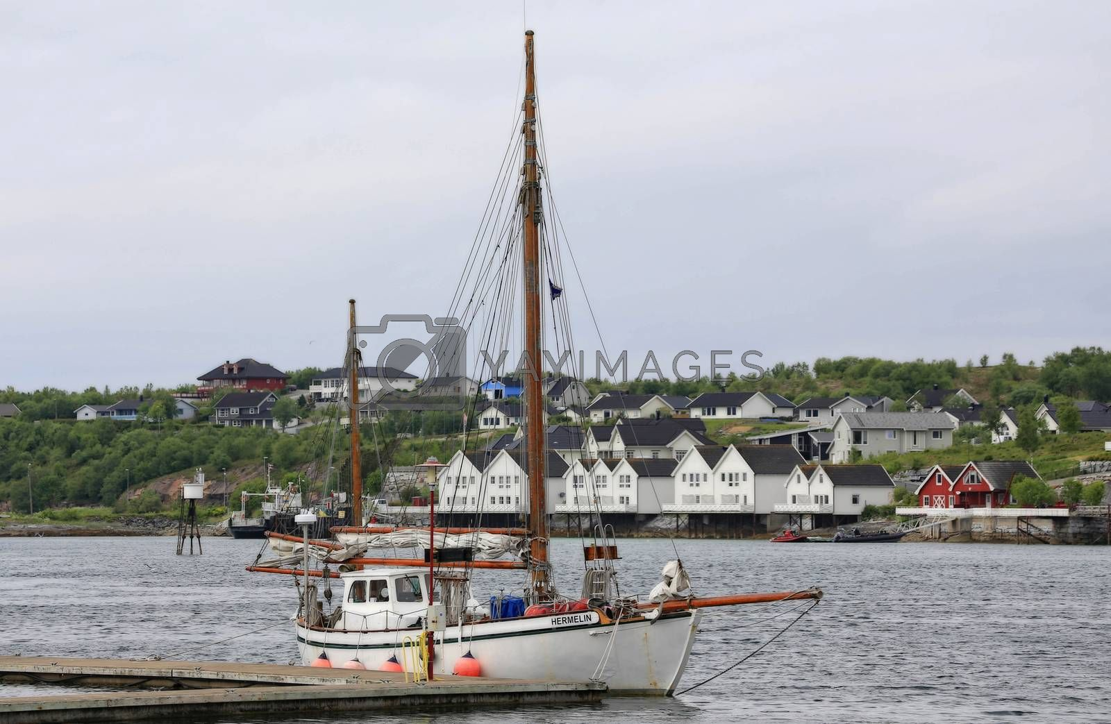 Seilbåten Hermelin ved kai i Brønnøysund (liten Jekt)