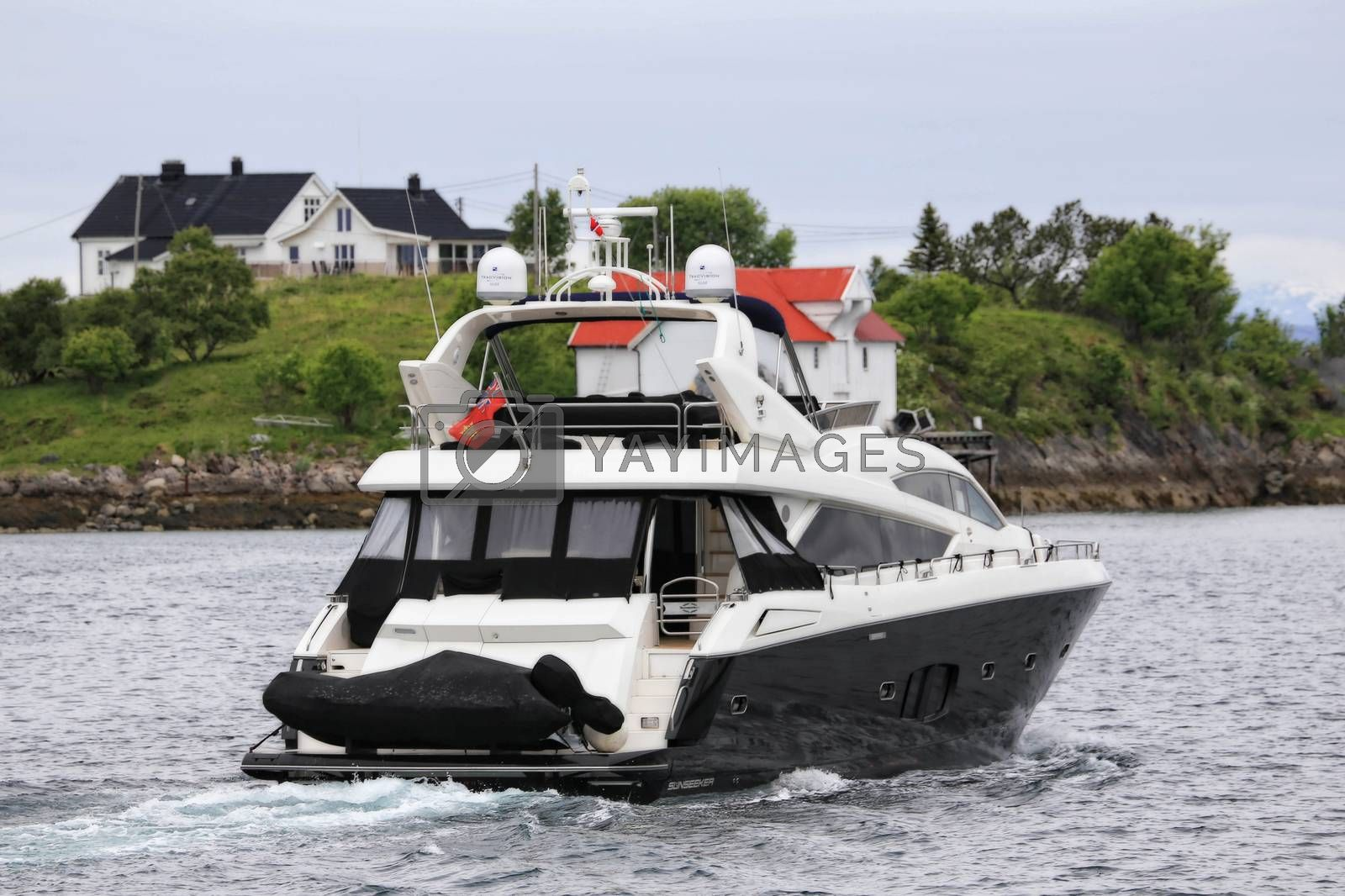 Engelske SILENT, Lengde/bredde 22m × 6m - Passerer gjennom Brønnøysundet