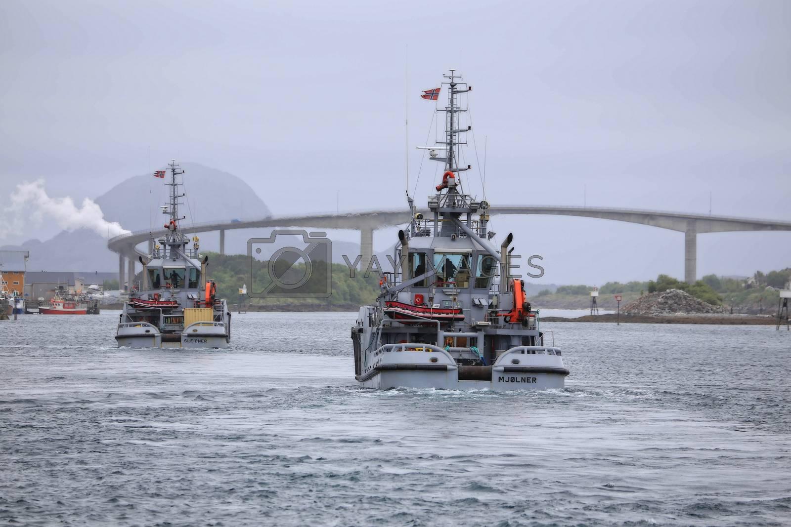 KNM  Sleipner og KNM Mjølner passerer gjennom Brønnøysundet