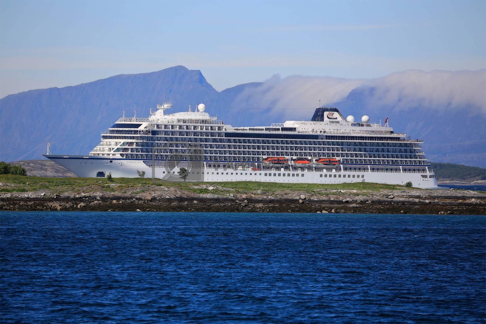 """Cruiseskipet Viking Sea eies av norske Torstein Hagen, Bergen Lengde × bredde 228.2 X 28.8 grosstonn 47800 """"Viking Sea"""" går til Nord-Norge Tidenes største besøk i Brønnøysund"""