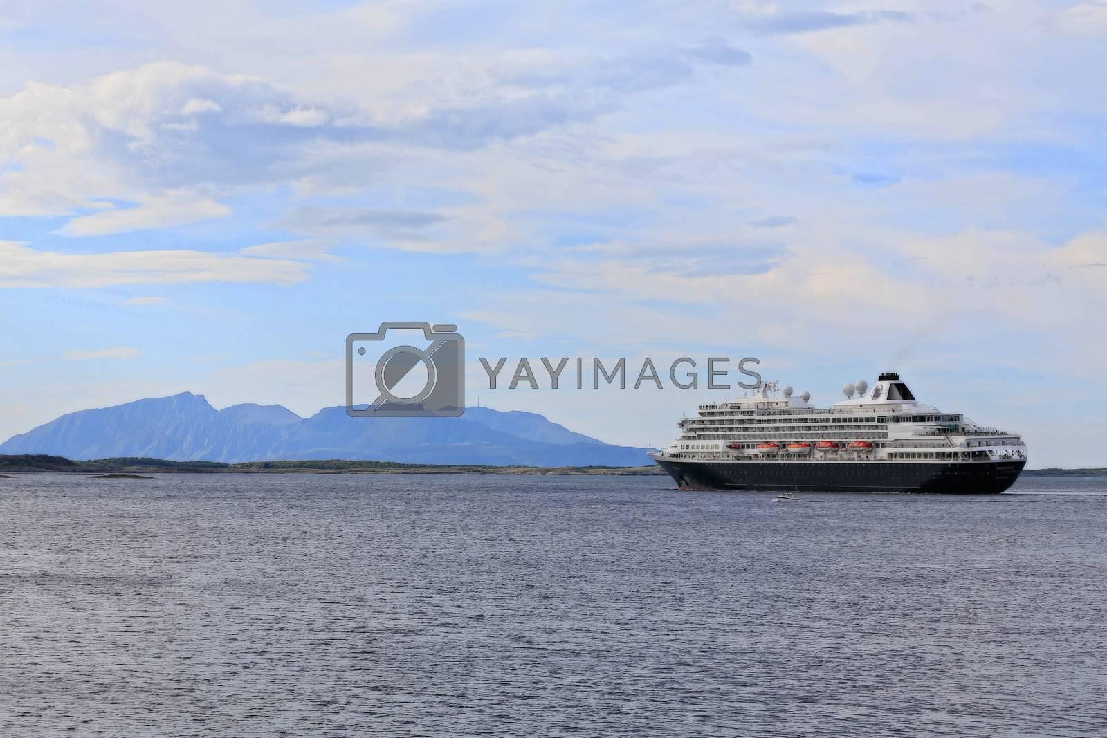 Nederlanske M.S. PRINSENDAM  Designet for å utforske de avsidesliggende delene av verden i eleganse og stil. Imøtekommende bare 835 passasjerer, gir hun gjestene følelsen av en klassisk yacht med romslighet av et cruiseskip.