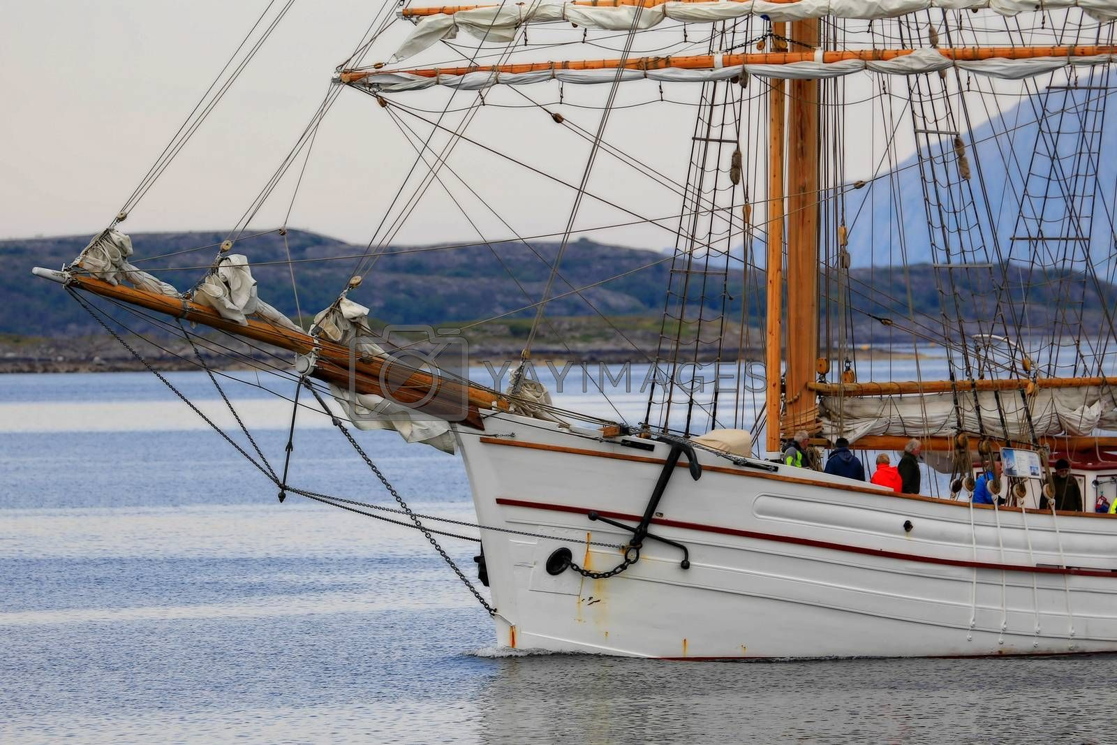 """LOYAL ble bygd som galeas i Rosendal i Hardanger i 1877 av Knut Johannessen Nes eller """"Gjøra-Knuten"""" som han ble kalt på folkemunne. Dette er samme mann som gjorde Hardangerjakten verdenskjent fordi han også bygde GJØA som Roald Amundsen tok gjennom nordvest passasjen. Loyal ble bygget for å frakte inntil 900 tønner sild og var beregnet for å kunne seile på de store hav."""