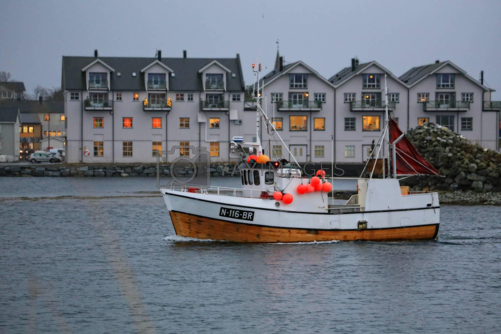 Fiskebåten Kværnstein gjennom Brønnøysundet