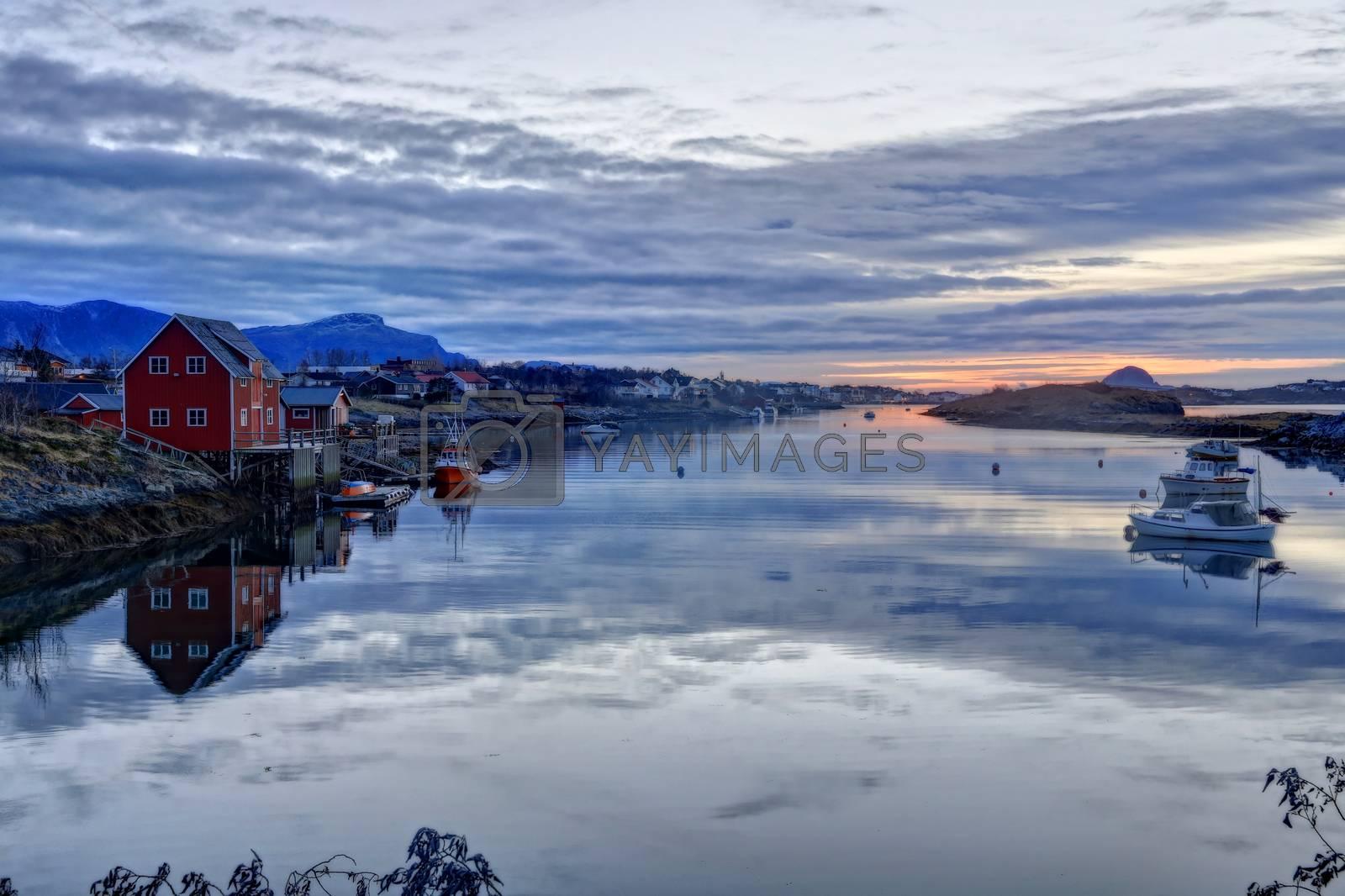 Solnedgang i Salhussundet i Brønnøysund
