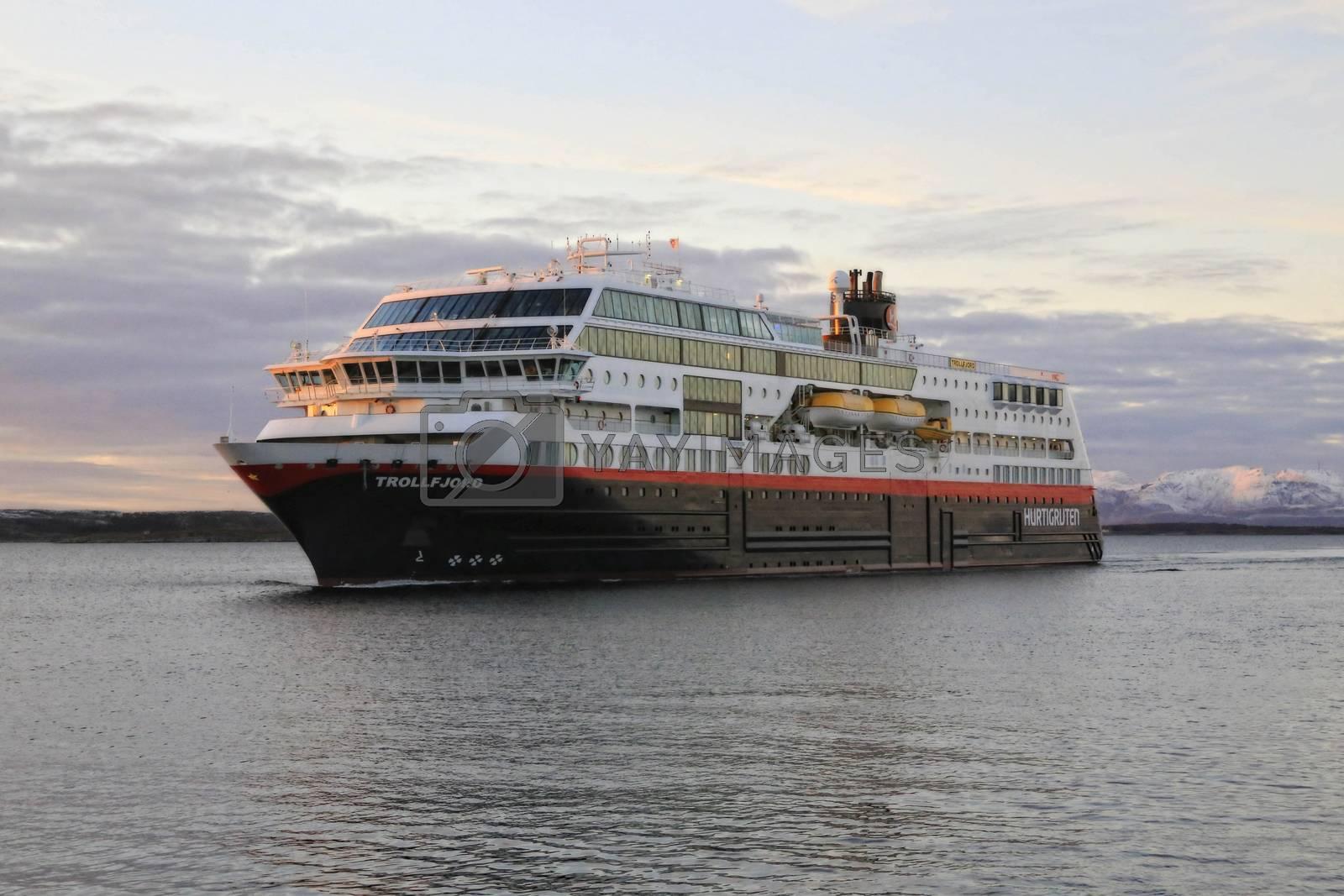 Ms Trollfjord ankommer Brønnøysund ved solnedgang