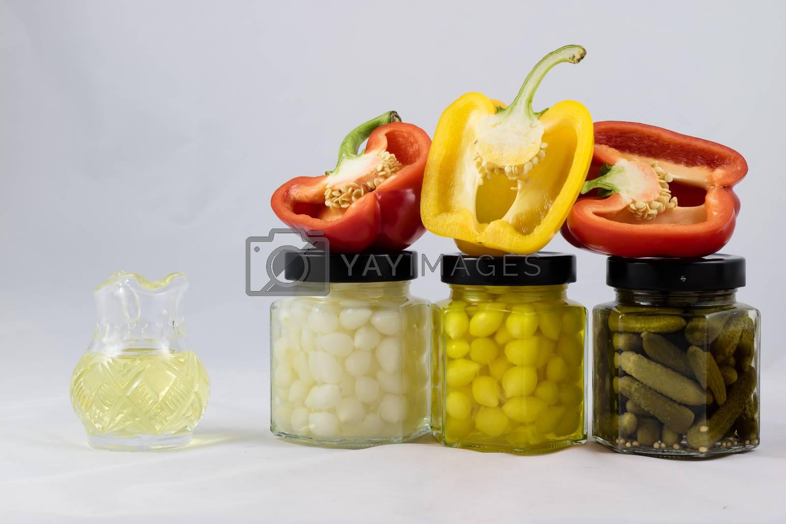 Smaczna i pyszna czerwona i żółta paptyka, przetwory i oliwa  by wytrazek