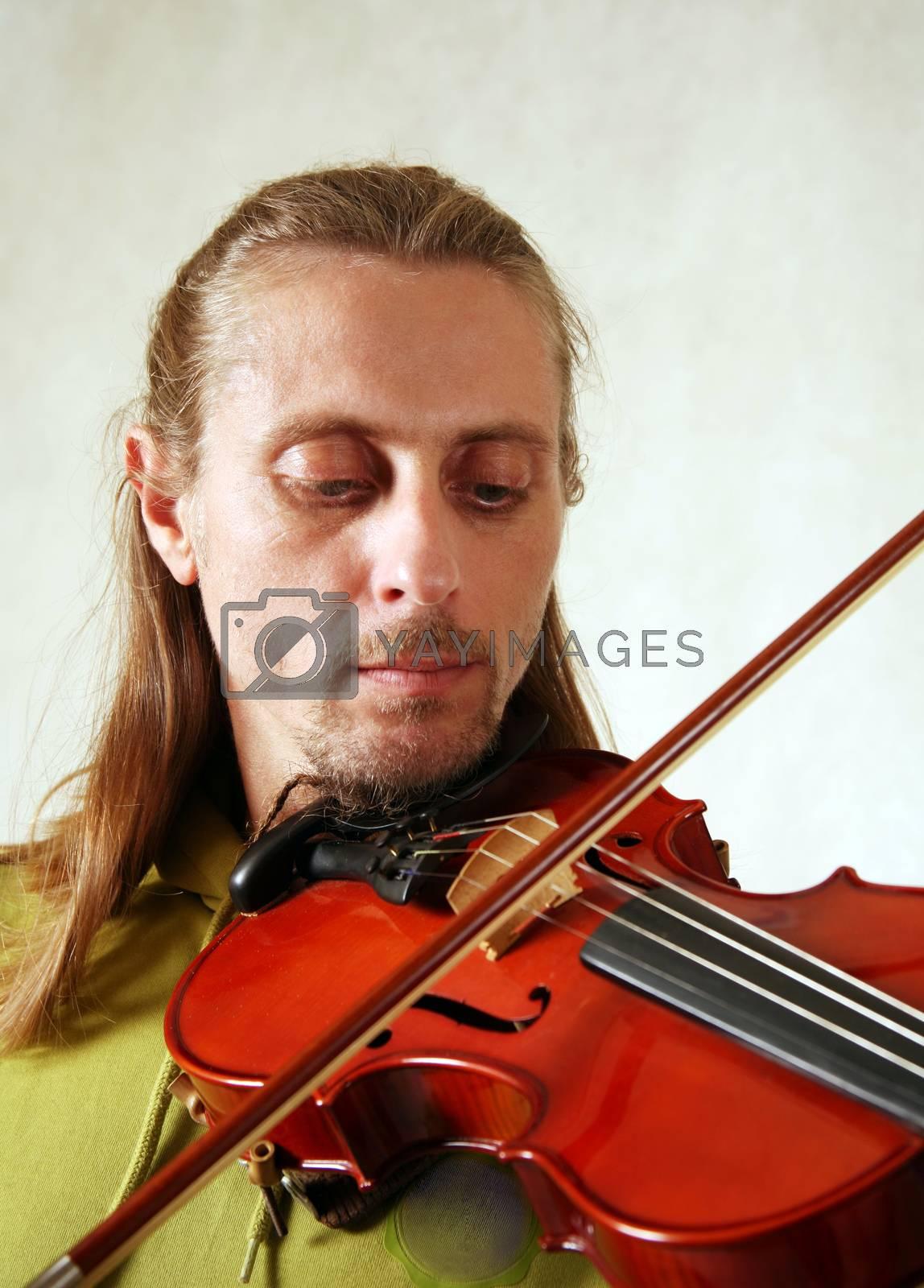 The man playing its violin close-up