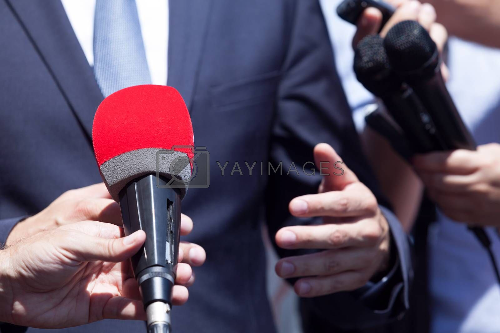 Press interview with politician or businessman. News conference.