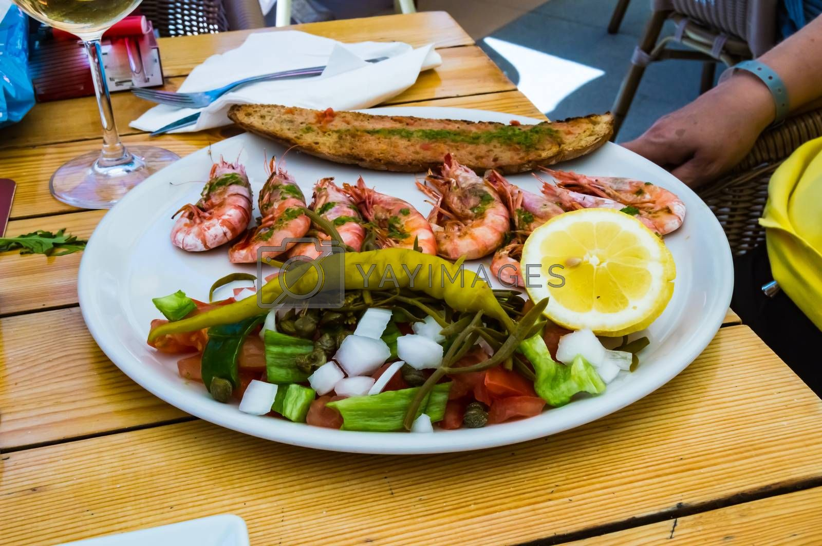 Plate of roasted prawns with slices of bread  by Philou1000