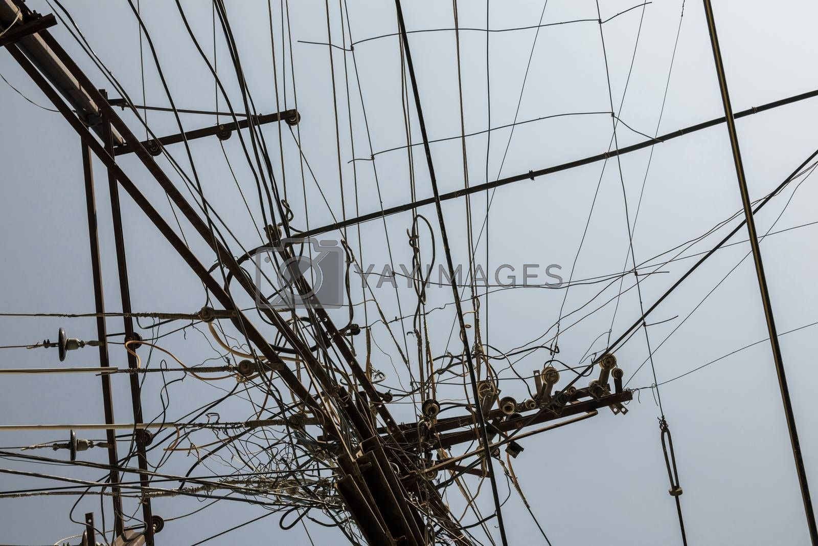 Electricity wire tangle post due to poor planning on installing the cable system