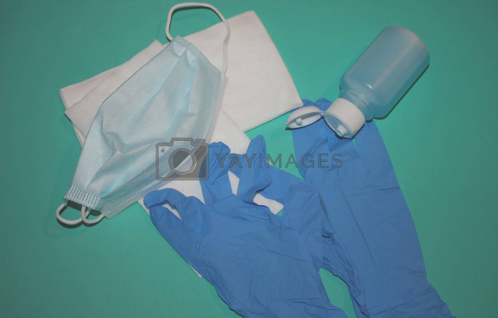 immagine con guanti, igenizzante, mascherine,