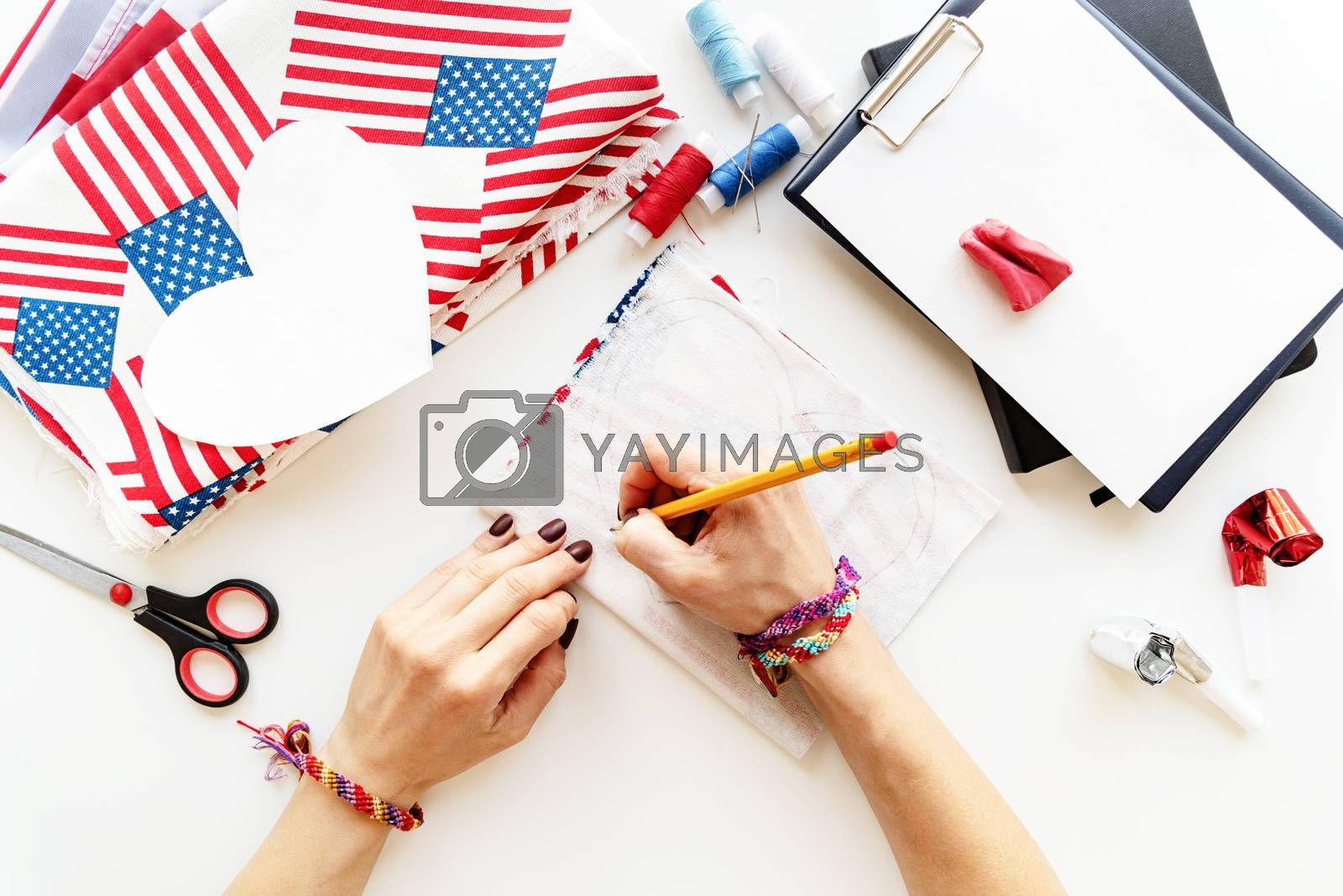 USA Independence Day DIY craft. DIY 4th of July step by step needle holder craft. Step 4 - drawing the over measure line