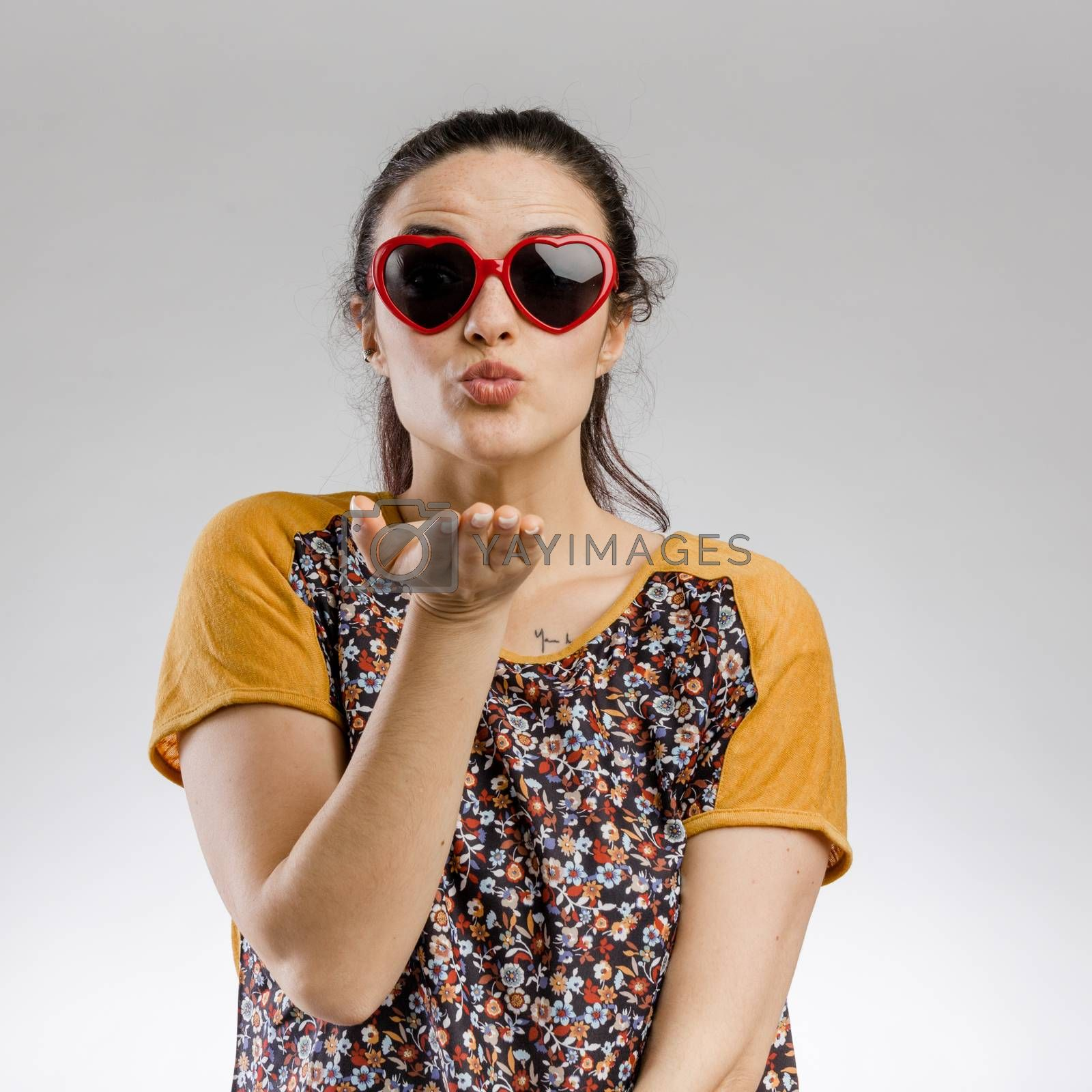 Portrait of a cute brunnet woman wearing sunglasses