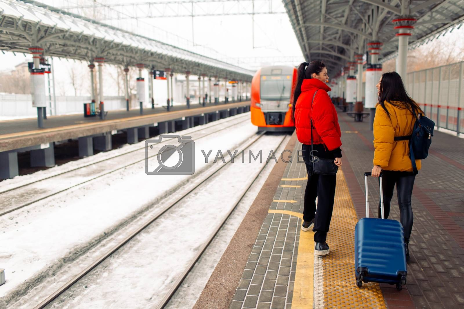 Two young women take train by primipil