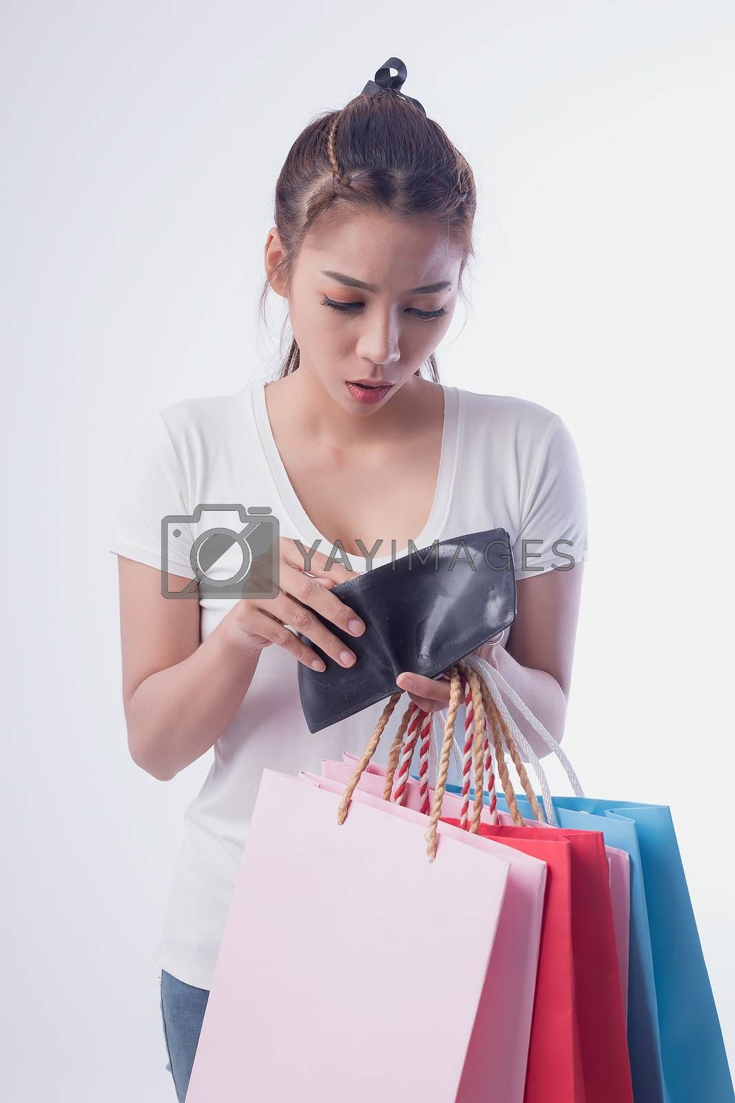 The image of a beautiful woman who opened the wallet with a panic after shopping until the end.