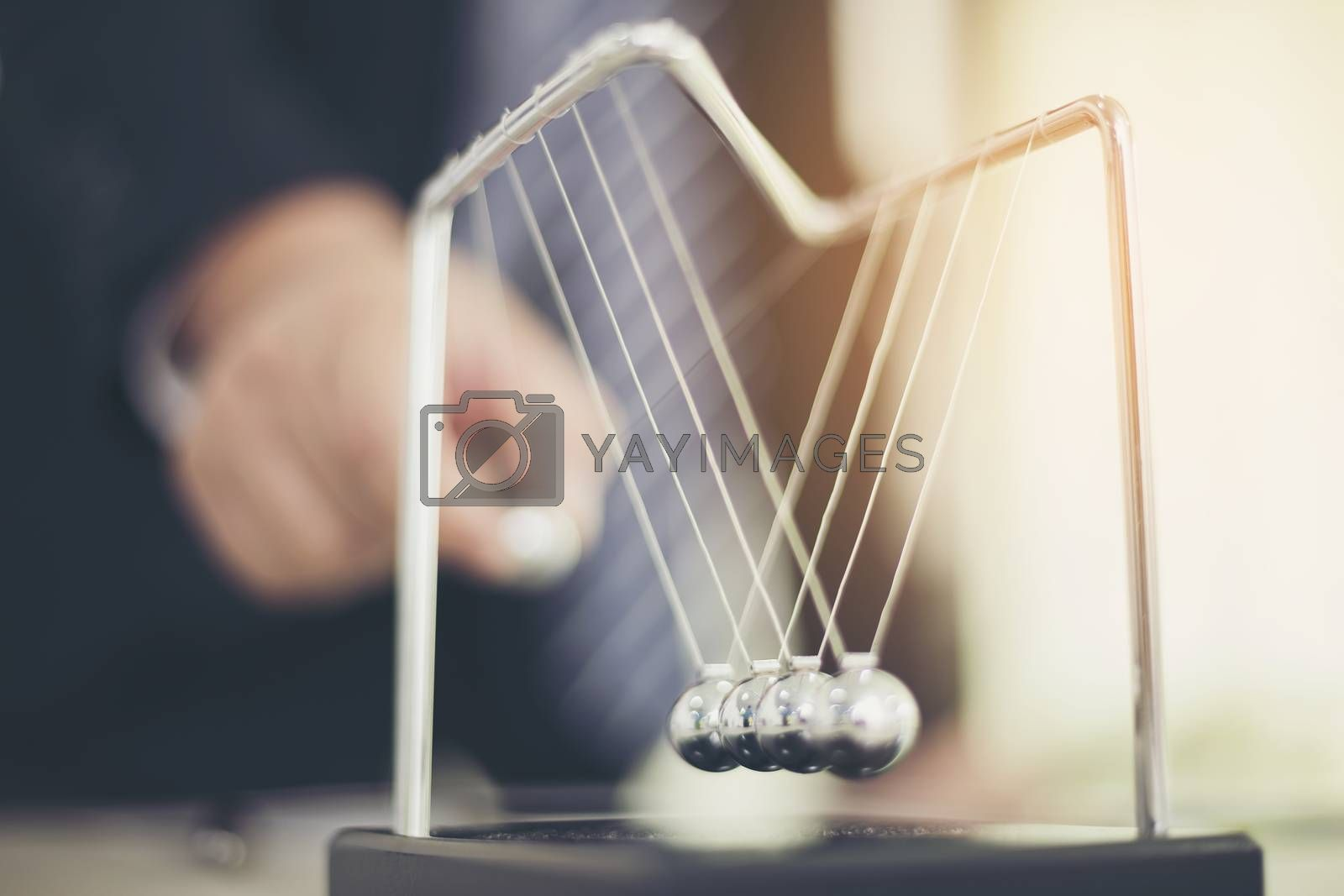 Executives stand Newton's cradle ball, deliberately deliberate to decide on the work.