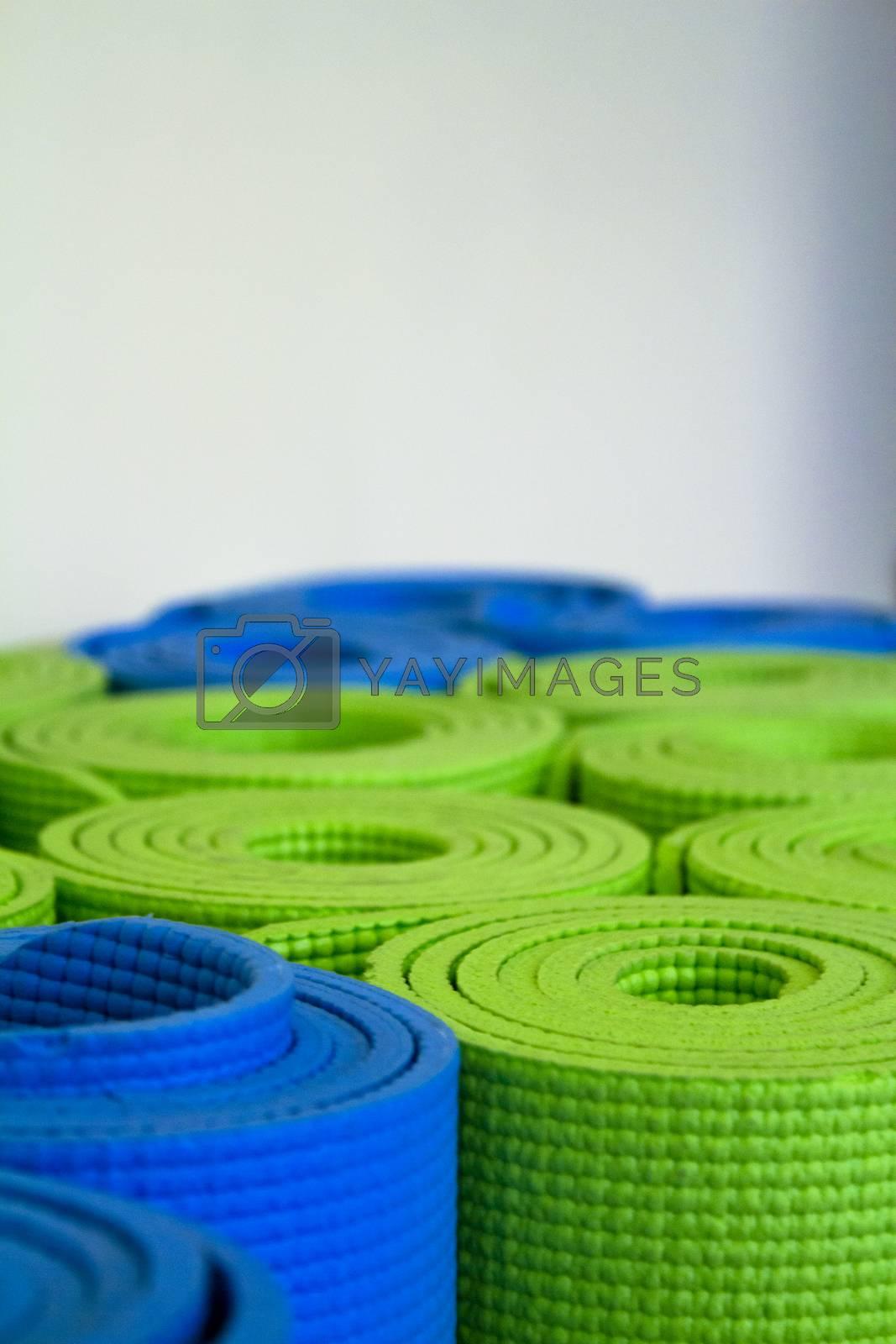 Shallow focus image of colorful, rolled up yoga mats. Fotografía de Gema Ibarra. Prohibida su utilización para cualquier uso sin autorización.Todos los derechos reservados.