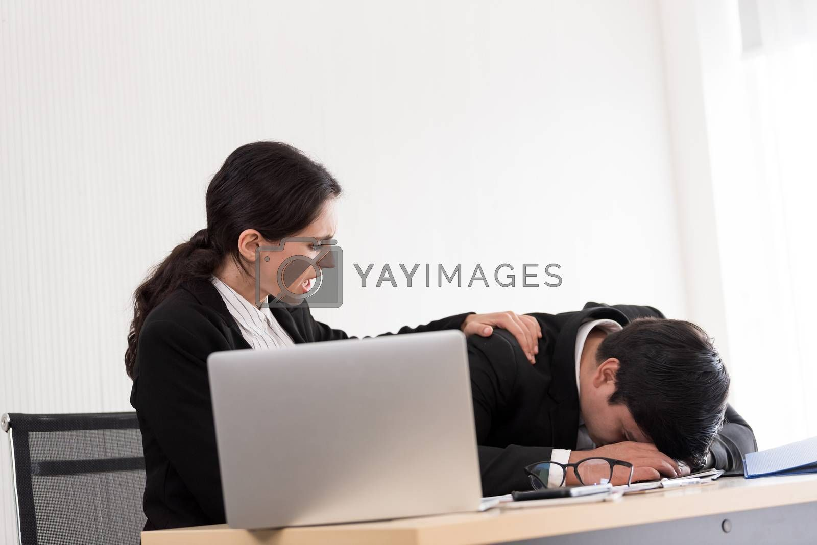A businesswoman has upset with to sleep of the workmate in the working time at the office.