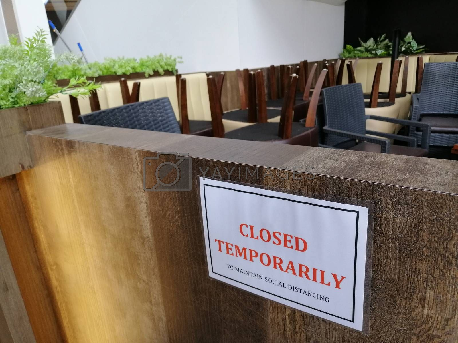 Closed temporarily - notice board on cafe ,  shut down business during coronavirus pandemic, covid-19 outbreak. Lockdown, isolation, small business bankruptcy concept.