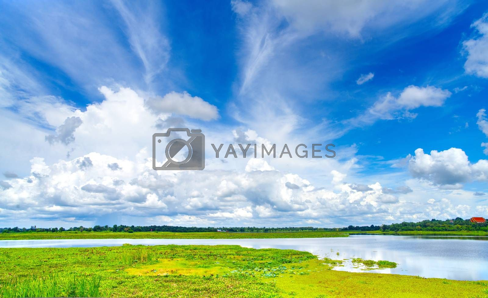 The sights of the reservoir are densely covered with cloudy skies, the atmosphere of the sky during the day.