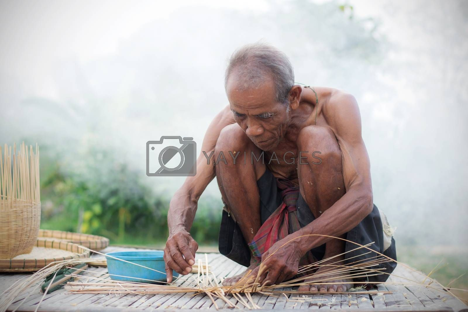 Older people with basketry in the countryside.