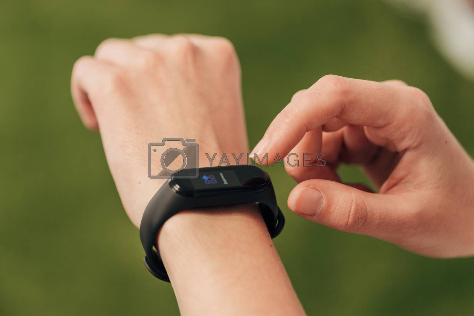 The smartwatch on the wrist measures the heartbeat. Pulse check.