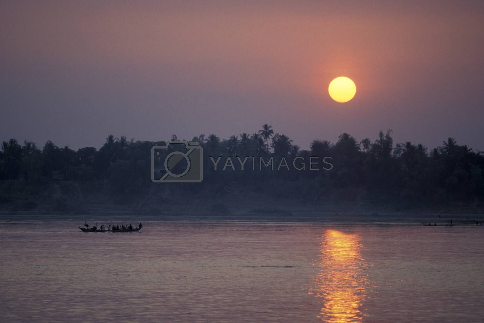 the landscape by sunset on the Mekong river at the village of Kampong Cham in the centre of Cambodia.  Cambodia, Kampong Cham, February, 2001,