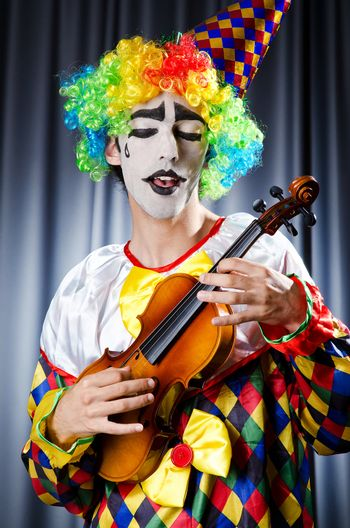 Clown playing on the violin