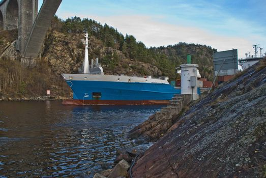 while i'm under svinesund bridge (which is a bridge that borders between norway and sweden) shows the container ship elisabeth up behind a rock and i get shot some really good pictures, some facts about elisabeth: ship type: container ship, length x breadth: 119 m X 20 m, flag: netherlands [nl]