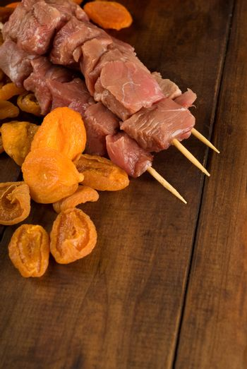 Beef skewer and apricots