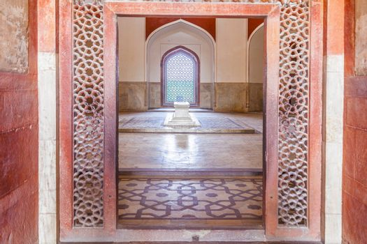 inside humayuns tomb with marble tomb and beautiful islamic decoration