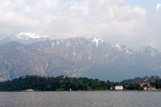 como lake with mountains in the background