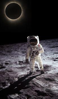 Astronauta cammina sul suolo lunare