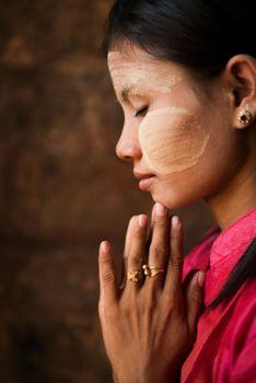 Myanmar girl is praying