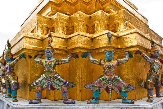 The figure giants and monkeys, representing the bearer of stupa.