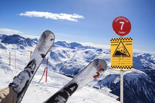 skis fall down