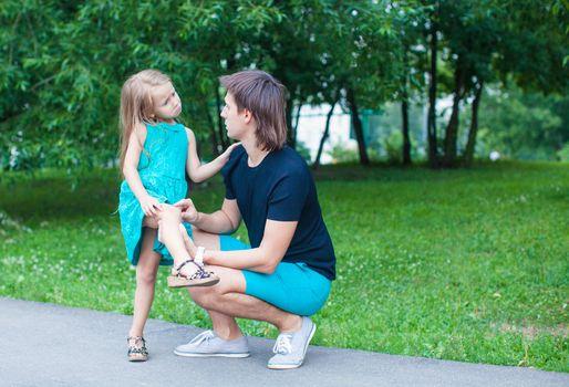 Beautiful girl hurt her leg, upset father regret