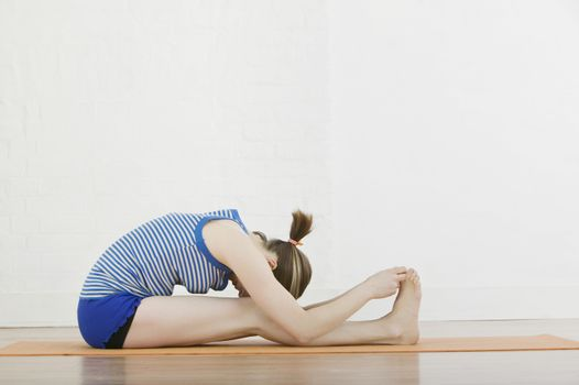Teenage girl (16-17) exercising