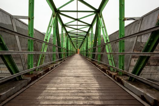 Footbridge with symmetrical metal structure