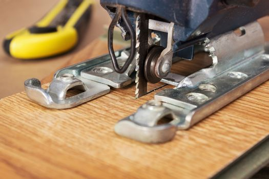 Electric jigsaw sawed easily laminated panel