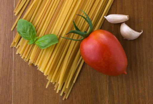 raw spaghetti with tomato a garlic and basil