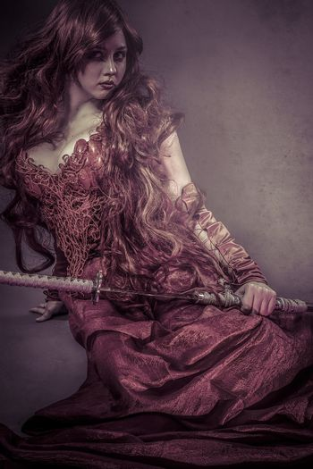 Red queen katana, beautiful woman dressed in red armor dragon scales